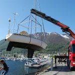 kranbil løfter båt
